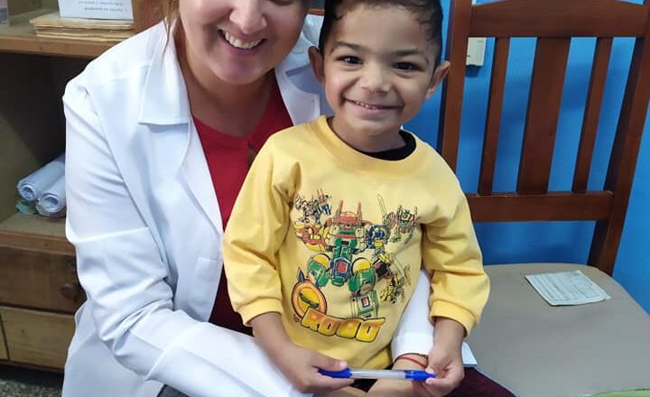 Karina, la cirujana pediátrica que no se da por vencida